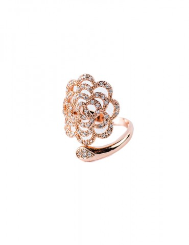 Rose gold ring in flower...