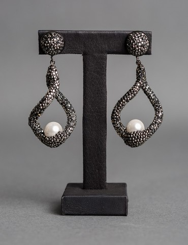Βlack drop earrings with...