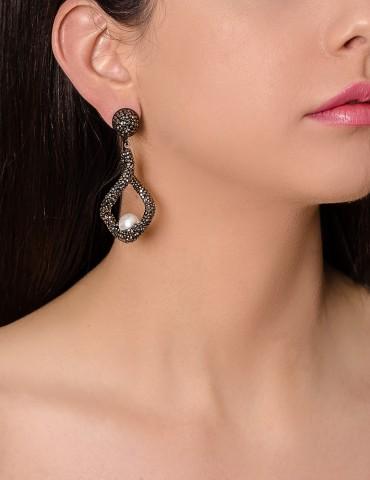 Βlack drop earrings with...