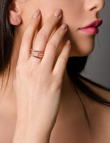 Rose gold ring in geomteric...