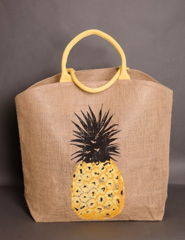 Straw bag with pineapple design